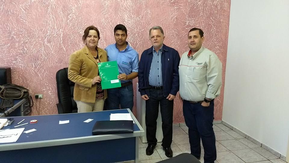 Prefeita Celeide assina contrato para reforma da Casa da Agricultura