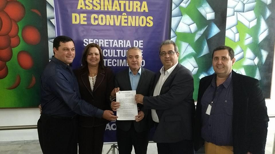 Prefeita Celeide Aparecida Floriano assina convênio da Secretaria da Agricultura para Melhor Caminho no Bairro Sete Copas