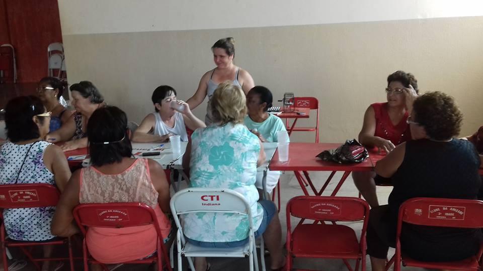 Grupo Dom Idosos realiza atividades artesanais no Centro de Lazer
