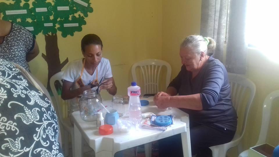 Grupo Rosas realiza atividades artesanais com o CRAS